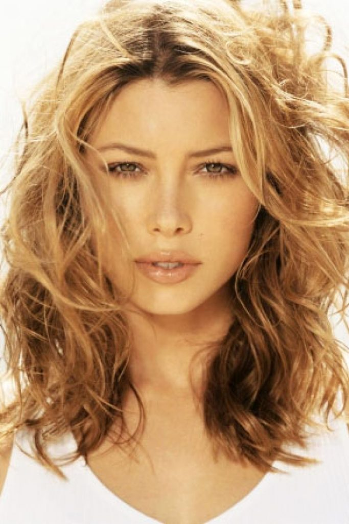Stylish Messy Waves for Medium Layered Hairs 2016