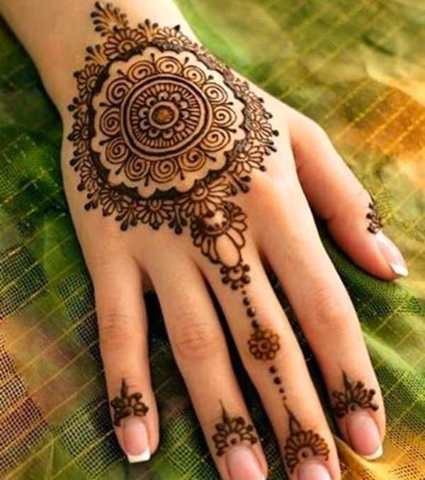 Circle of Flower Mehndi Ideas With Fingers