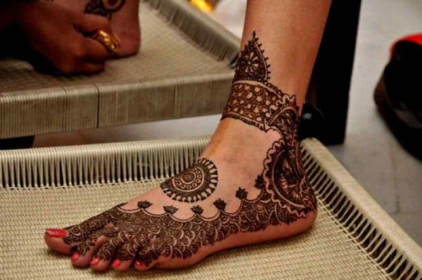 Easy Foot Circle Mehndi Designs for Brides