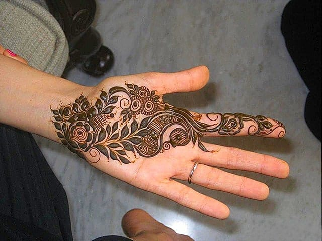 Simple Mehndi Patterns on Hand