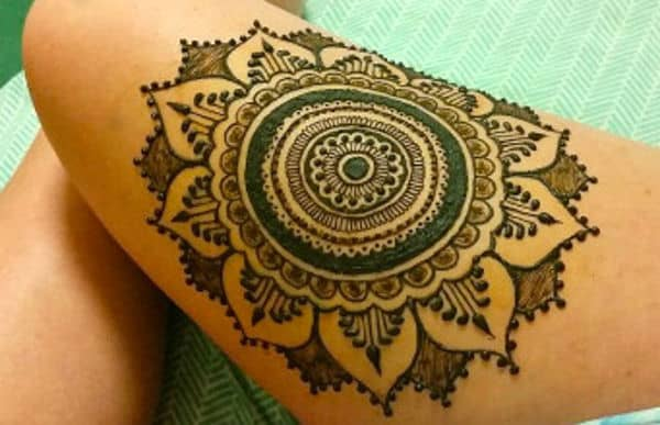 Stylish Circle Thigh Mehndi Art Ideas
