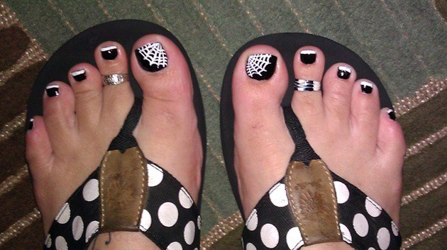 spider-web-halloween-toe-nail-art-designs