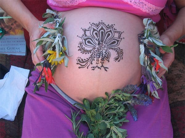 great-pregnant-belly-decoration-with-mehndi-designs-2017