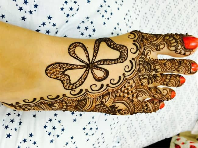 beautiful-karva-chauth-bow-mehndi-designs-for-foot