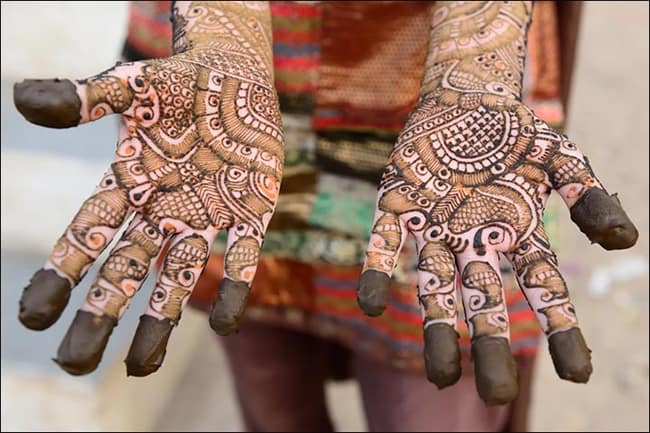 new-year-gujarati-feather-pattern-mehndi-designs