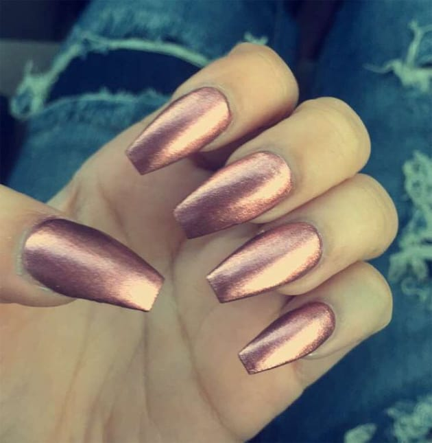 rose-gold-metallic-acrylic-nail-designs-for-busy-women