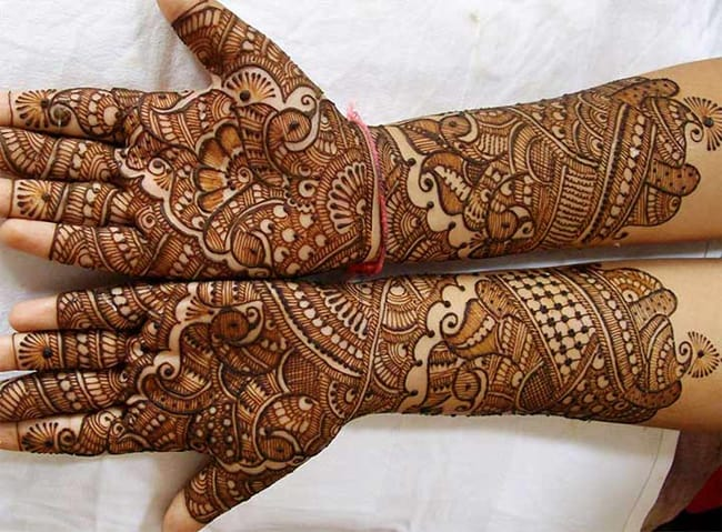 traditional-gujarati-engagement-mehndi-art-ideas-for-party
