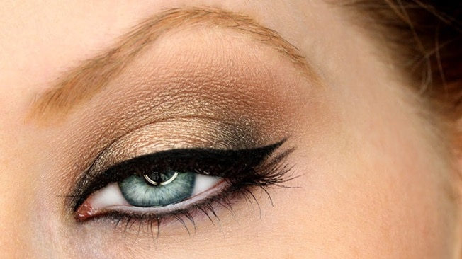 Golden Eyeshadow with Double Black Liner